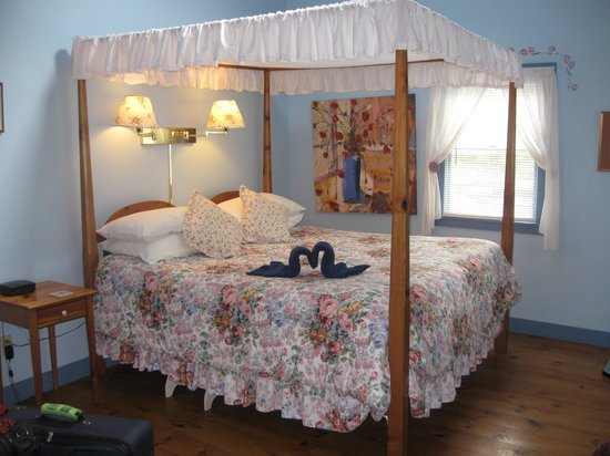 Blue Harbor House Inn: Our charming suite!