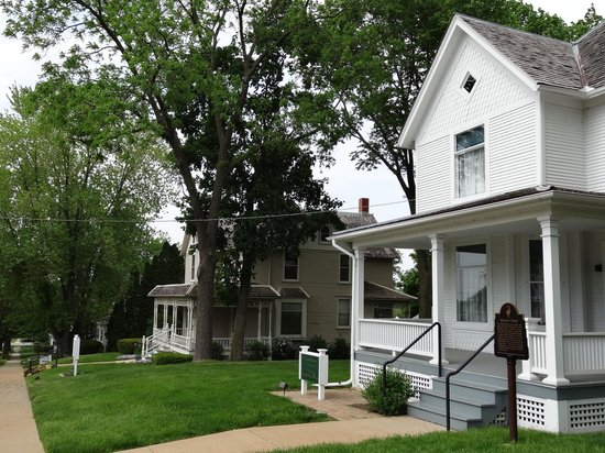 Ronald Reagan Boyhood Home: with visitor centre behind