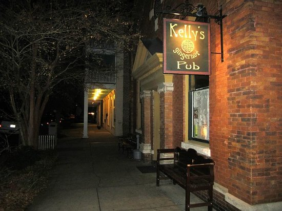 Kelly's Gingernut Pub: Out front