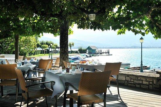 Le Cottage Bise : Terrasse face au lac