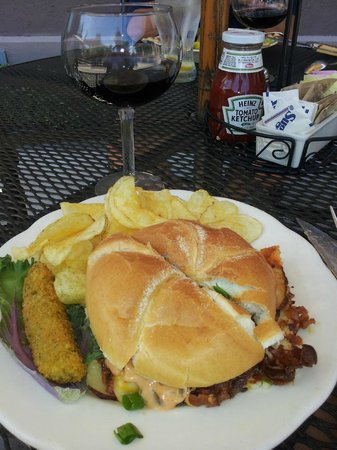 Stonecutters Tavern at Belhurst Castle: Sandwich and wine