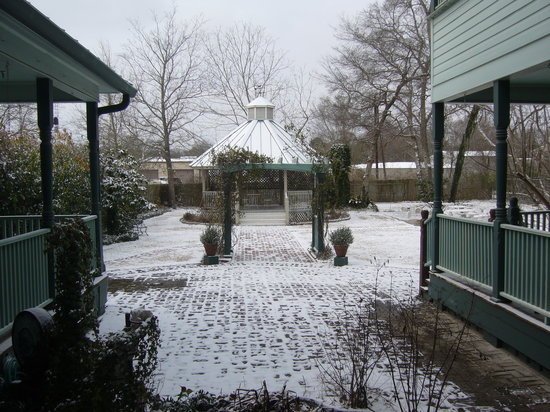 Woodbine Hotel and Restaurant: A rare occasion - snow in Madisonville