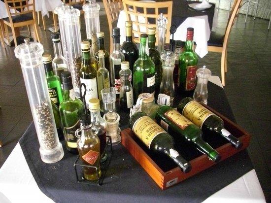 Estalagem Engenho Velho: Ein schön gedeckter Tisch mit verschiedenen Weinen; Ölen und Gewürzen
