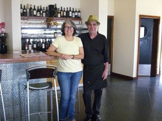 Estalagem Engenho Velho: Lydia und Leo, die netten Besitzer, vor dem Tresen im Speisesaal
