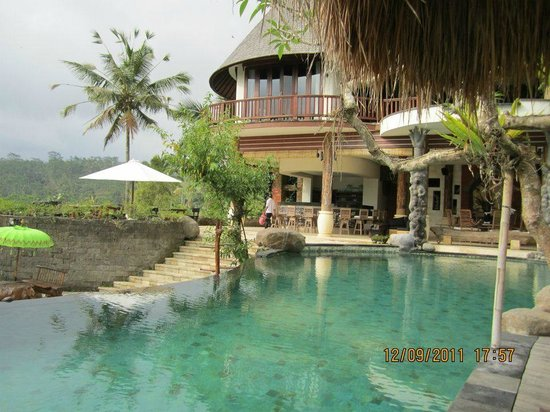 Dara Ayu Villas & Spa : eating by the pool!