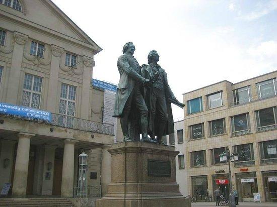Köstritzer Schwarzbierhaus Weimar: Goethe-Schiller-Denkmal auf dem Weimarer Theaterplatz