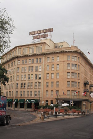 Crockett Hotel: Outside hotel