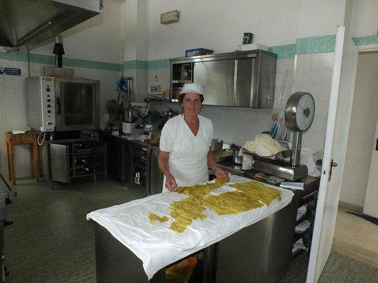 Hotel Onda Marina : la Signora Anna cucina le lasagne verdi rigorosamente fatte in casa
