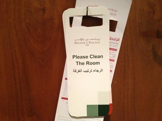 Regency Palace Hotel: instruction labels: please clean the room