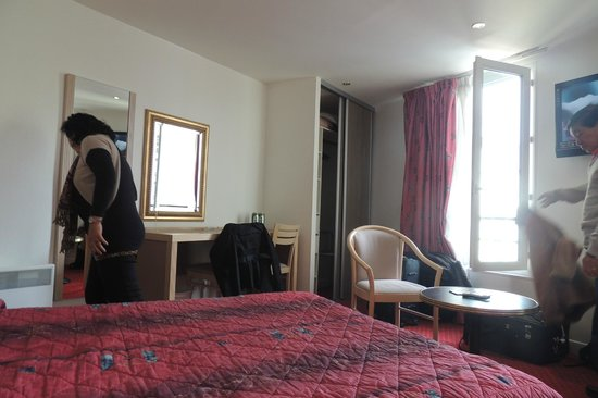 Hotel Montparnasse Saint-Germain : in the room just right for 4 pax..