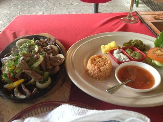 El Cactus Bistro and Bar : beef fajitas. liking the beef