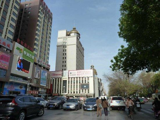 Pai Hotel Zhongwei Gulou: A mall opposite the hotel, Jinjiang Hotel Zhongwei