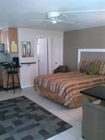Camelot Beach Resort: studio queen w/ murphy bed 1