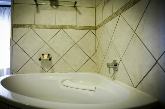 Hotel Savoy and Conference Centre: Bathroom
