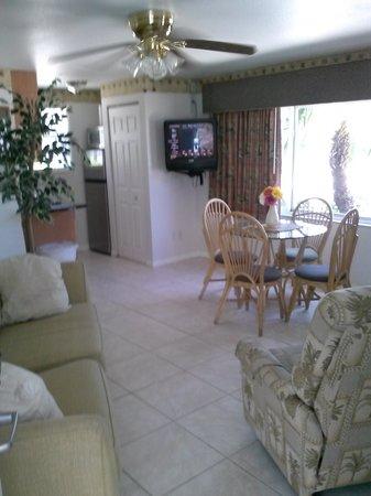 Camelot Beach Resort : one bedroom unit w/ sleeper sofa 1