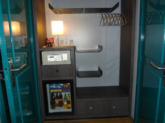 Hotel Bassano: armario sem portas