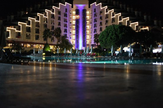 Green Max: вид главного здания вечером