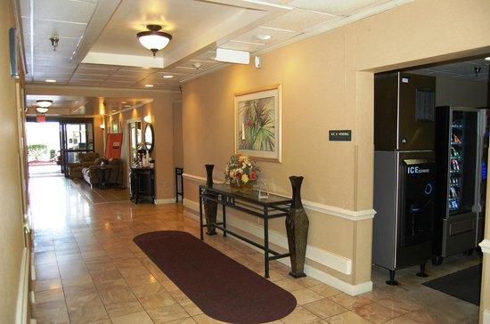 Comfort Inn - Pensacola / N Davis Hwy: First floor Elevator landing & vending area