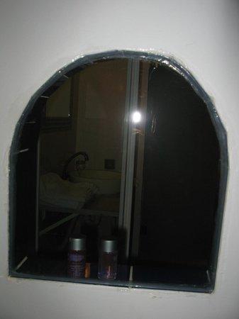 Tom Square Boutique Hotel: La finestra della doccia