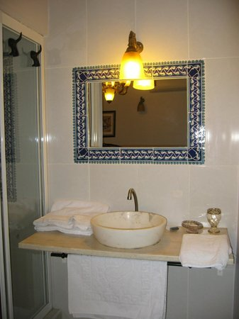 Tom Square Boutique Hotel: il lavello del bagno: praticamnete in camera