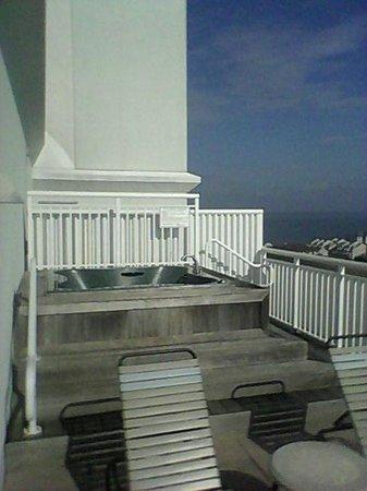 Hilton Suites Ocean City Oceanfront: Terrace with a hot tub.