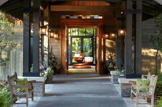 The Lodge at Woodloch: Entrance with Chakra Bowls