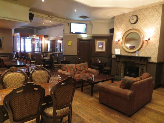 The Wellington Hotel: Pub interior