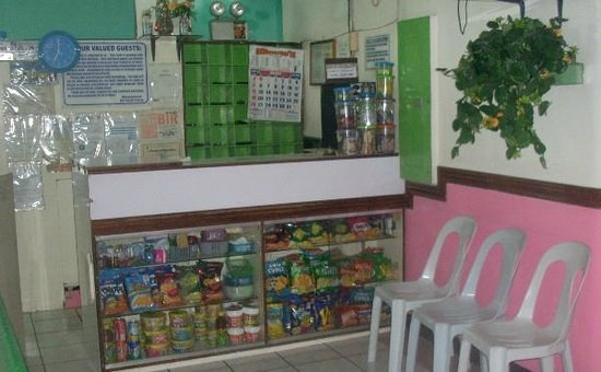 GV Hotel Ormoc City : Lobby area with snacks and toiletries for sale