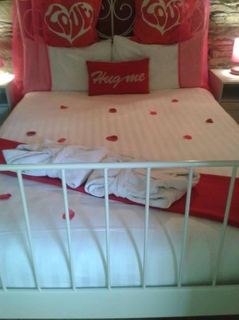 Grove House and Courtyard Cottages: amazing bedroom