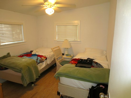Gulf Breeze Cottages: second room with twin beds