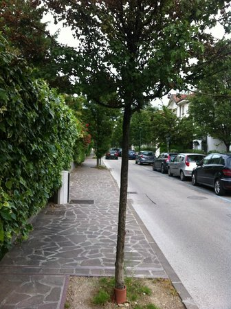 Hotel Rigel: Street outside the hotel