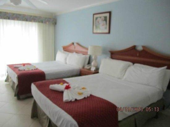 Bay Gardens Beach Resort: Beach front hotel room