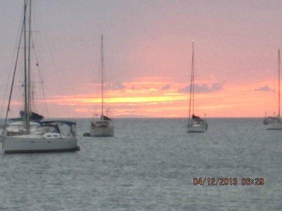 Bay Gardens Beach Resort: Sunset view from the beach bar