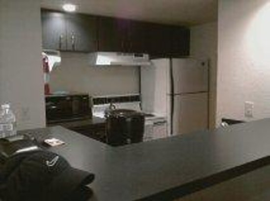 Hawthorn Suites Seattle/Kent: nice kitchen but understocked