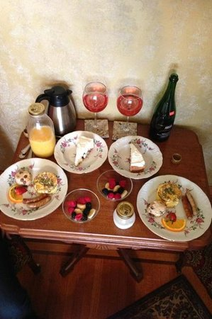 William Sauntry Mansion: The breakfast delivered to our room (we brought the non-alcoholic poinsetta drinks)