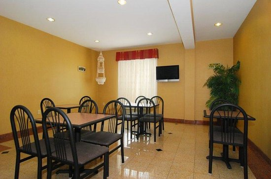 Quality Inn and Suites: Breakfast Area