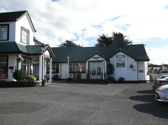 Ivanhoe Inn and Hotel: outside on a sunny Friday