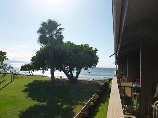 Hale Kai Oceanfront Condominiums: View of the ocean from our lanai