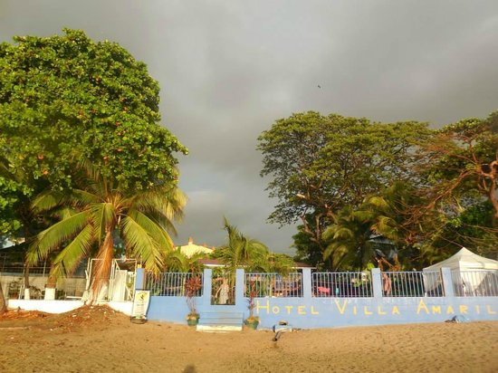 Hotel Villa Amarilla: View of the Hotel from the Beach