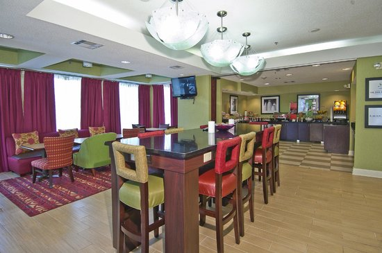 Hampton Inn Jackson/Pearl-International Airport: High Table with Power Outlets and Free Wired/Wireless Internet