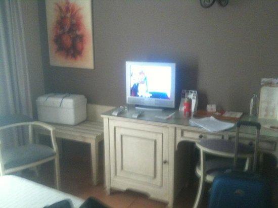 Alboran Algeciras: La mesa y el Tv.