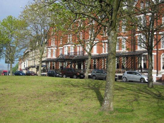 Glen Usk Hotel: Front of Hotel