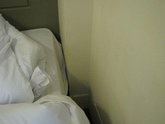 https://media-cdn.tripadvisor.com/media/photo-s/03/f3/90/70/spazio-tra-letto-e-muro.jpg