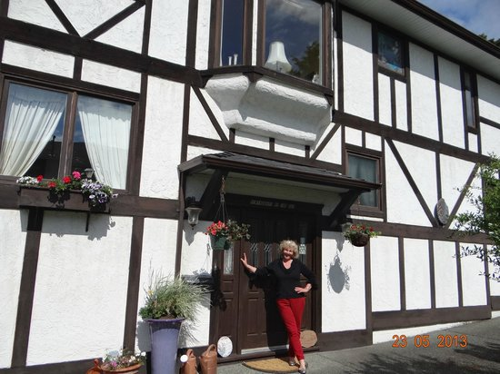 Hemingways By the Sea Bed and Breakfast Inn: ilona welcoming guests