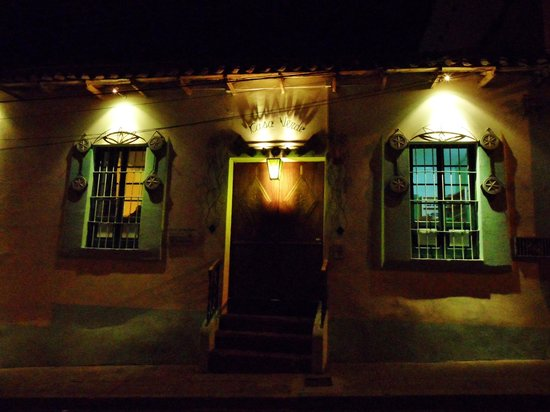 Casa Verde B&B: The entrance at night