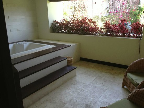 Kamuela Villas and Suite Sanur: Spa on balcony