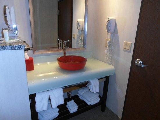 Comfort Suites: vanity with towels underneath
