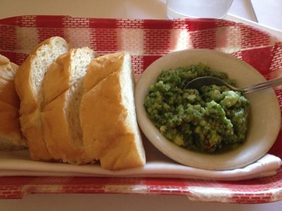 Chef Hannes Restaurant: ニンニクしっかりのソースとパン 美味しい