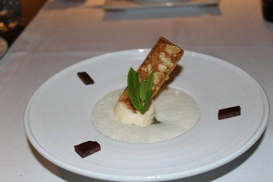 La Broche : Kiwi hidden under delicious foam, OK caramel ice cream