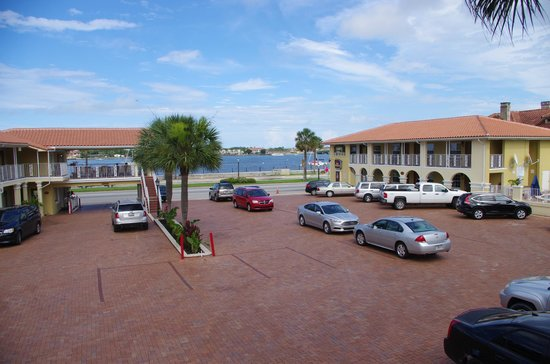 Best Western Bayfront: courtyard facing the Bay